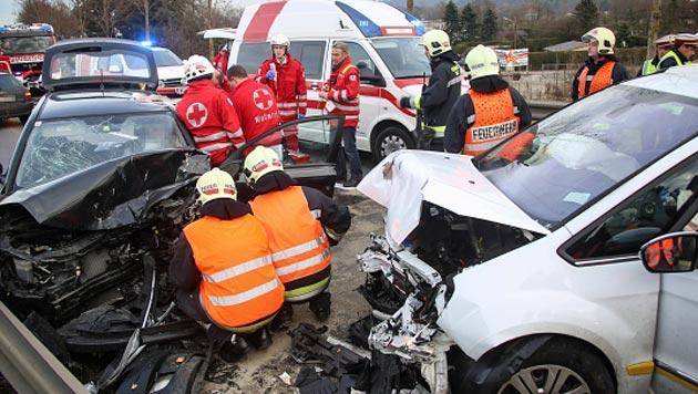 Das Ehepaar wurde bei dem Unfall im Wagen eingklemmt. (Bild: Daniel Scharinger/laumat.at)