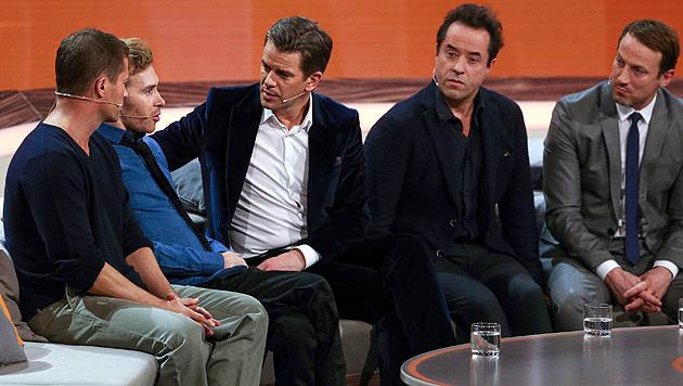 Samuel Koch (2. v. links) durfte sogar auf der Star-Couch Platz nehmen. (Bild: APA/dpa/UNBEKANNT)