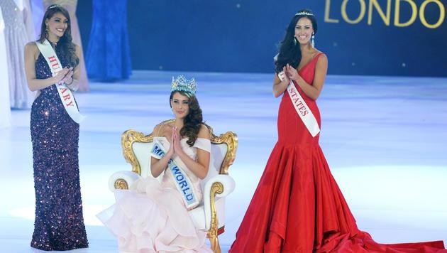 """Die """"Miss World"""" mit der Zweitplatzierten aus Ungarn und der Drittplatzierten aus den USA (Bild: APA/EPA/FACUNDO ARRIZABALAGA)"""