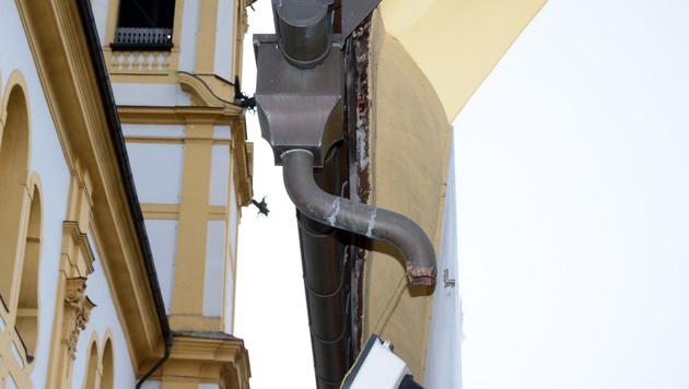 Hier wurde das Rohr der Dachrinne abmontiert. (Bild: Andreas Fischer)