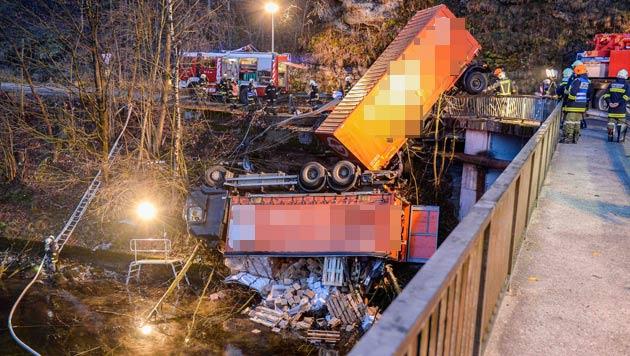 Der Lkw durchbrach das Geländer und stürzte in die Traun. (Bild: APA/FOTO-KERSCHI.AT/WERNER KERSCHBAUMMAYR)