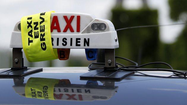 Paris: Verkehrsblockade aus Protest gegen Uber (Bild: APA/EPA/YOAN VALAT)
