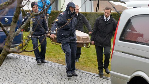 Die Leiche des Messermord-Opfers wird abtransportiert. (Bild: APA/DANIEL LIEBL)