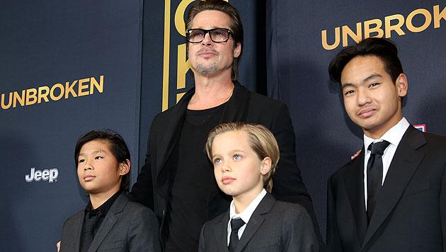 Brad Pitt mit den Adoptivsöhnen Pax und Maddox und Tochter Shiloh (Mitte) (Bild: AP)