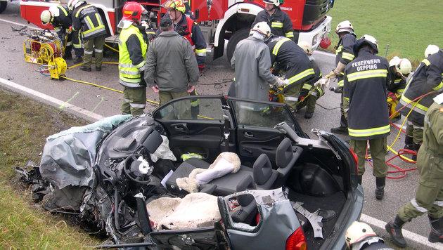 Auto gegen Laster: Pkw-Lenker schwer verletzt (Bild: APA/FEUERWEHR ROHRBACH IM MÜHLKREIS)