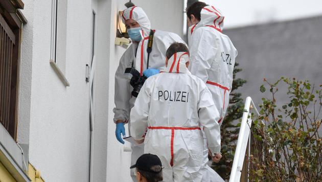 Die Tatortermittler sichern Spuren nach dem Messermord in der Wohnung in Mühlbachl. (Bild: APA/DANIEL LIEBL)