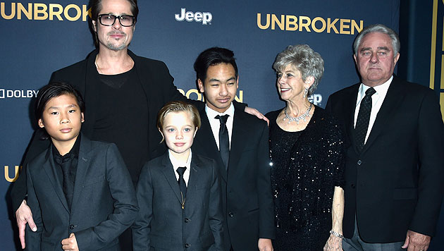 Brad Pitt mit den Kids Pax Thien, Shiloh Nouvel und Maddox und seinen Eltern Jane und William Pitt. (Bild: AFP)