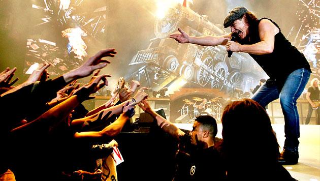 Brian Johnson bei einem Konzert in Barcelona 2009 (Bild: APA/EPA/Alberto Estevez)