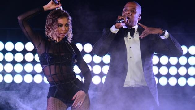 """Auf der Bühne performt Beyonce den Son """"Drunk in Love"""" gemeinsam mit Ehemann Jay-Z. (Bild: AFP/FREDERIC J. BROWN)"""