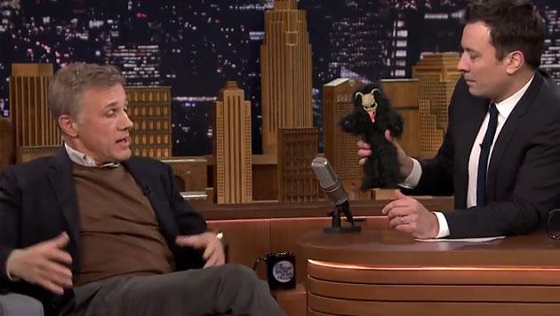 Christoph Waltz erklärt in der US-Talkshow von Jimmy Fallon den österreichischen Krampus-Brauch. (Bild: YouTube.com)