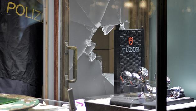 Die Täter nahmen nur die wertvollsten Uhren mit. (Bild: APA/HERBERT NEUBAUER)