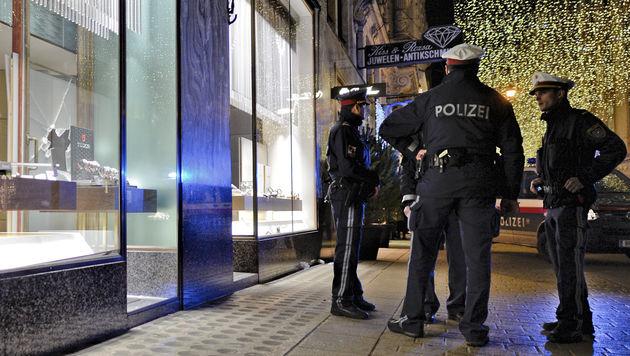 Polizisten am Tatort (Bild: APA/HERBERT NEUBAUER)