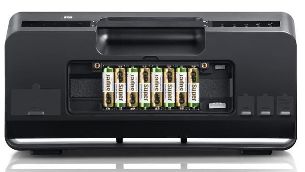 Blick auf das Batteriefach, die (verdeckten) Anschlüsse sowie die Wurfantenne für den Radio-Empfang. (Bild: Teufel)