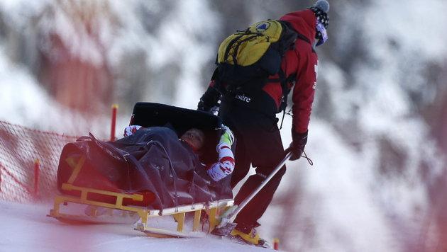 Schwerer Sturz im Training: Moser am Knie verletzt (Bild: APA/EPA/IAN LANGSDON)