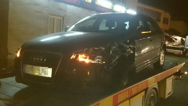 Das Zivilfahrzeug der Polizei, ein Audi A3, wurde beim Zusammenstoß schwer beschädigt. (Bild: Hannes Wallner)