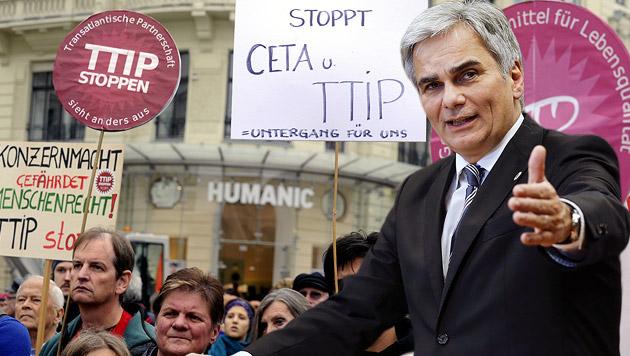 "Faymann droht ""im Ernstfall"" mit TTIP-Klage (Bild: APA/HERBERT PFARRHOFER, APA/BKA/ANDY WENZEL, krone.at-Grafik)"
