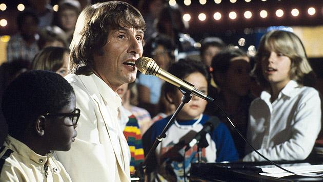 """Udo Jürgens singt 1980 gemeinsam mit Kindern in der ZDF-Show """"Meine Lieder sind wie Hände""""."""