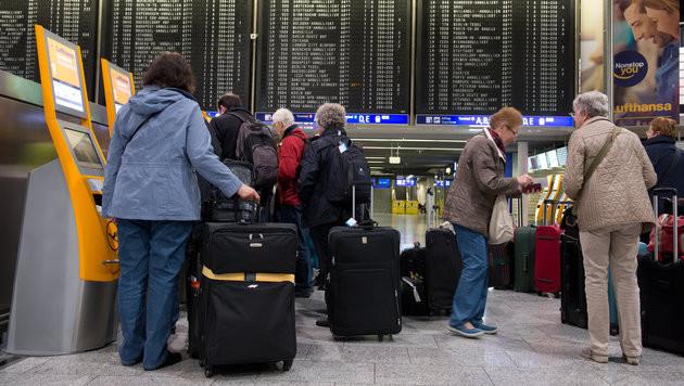 Deutschland will ab 2018 Fluggastdaten speichern (Bild: APA/dpa/Boris Roessler)