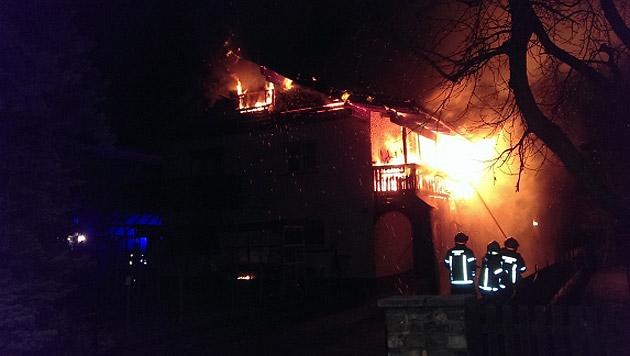 Der Balkon des Hauses stand beim Eintreffen der Feuerwehr bereits in Vollbrand. (Bild: Feuerwehr Zams)
