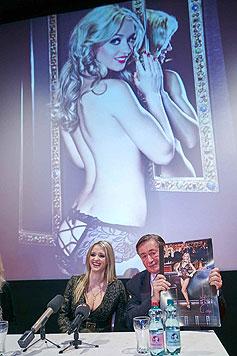Doch Richard Lugner ist stolz auf seine sexy Ehefrau, obwohl ihm die Bilder eigentlich zu heiß sind. (Bild: Starpix/Alexander Tuma)