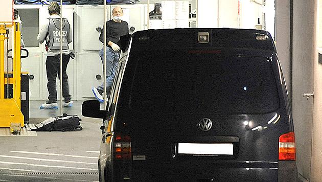Polizeibeamte bei der Spurensicherung (Bild: APA/DANIEL LIEBL)