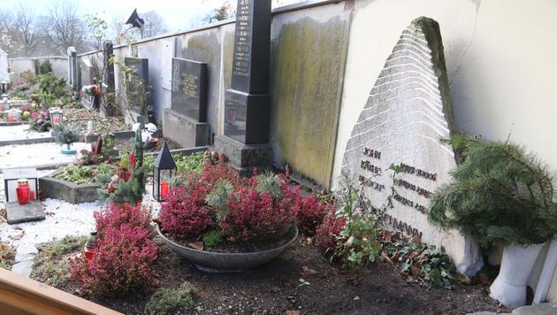 Im Familiengrab in Ottmanach ruhen Udos Eltern Käthe und Rudolf sowie Bruder John Bockelmann. (Bild: Uta Rojsek-Wiedergut)