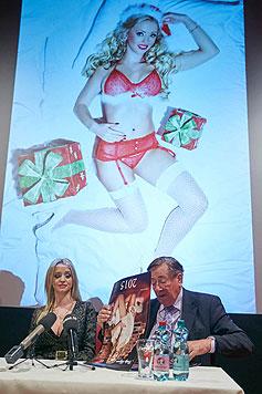 Im Santa-Claus-Look macht Cathy Lugner ebenfalls eine gute Figur. (Bild: Starpix/Alexander Tuma)