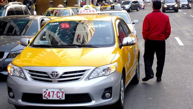 Mitfahrdienst Uber nun auch in Taiwan unter Druck (Bild: APA/EPA/DAVID CHANG)