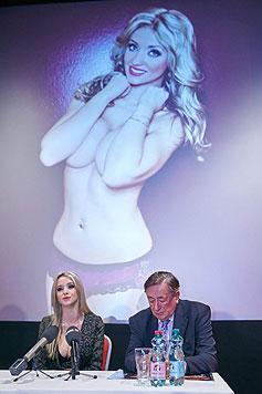 Trotz Nacktverbots durch Richard Lugner zeigt sich Cathy oben ohne. (Bild: Starpix/Alexander Tuma)