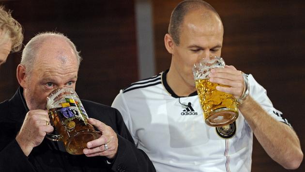 Sein Wetteinsatz: Bier trinken mit Star-Kicker Arjen Robben (Bild: JOERG KOCH/EPA/picturedesk.com)
