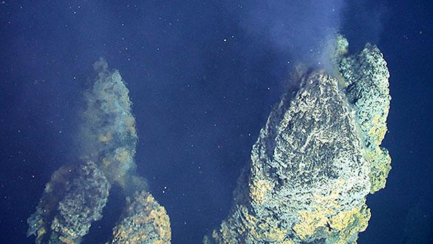 """Sogenannte """"Schwarze Raucher"""" am Meeresgrund (Bild: NOAA)"""