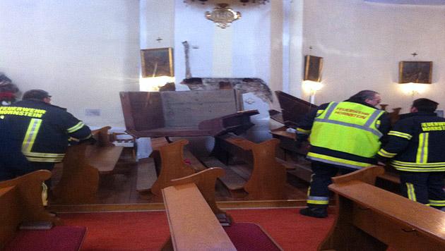 200-Kilo-Kanzel stürzte auf Kirchenbänke (Bild: APA/FEUERWEHR HORNSTEIN/UNBEKANNT)
