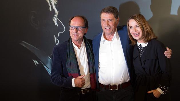 """Udo mit Bruder Manfred Bockelmann und Jenny bei der Premiere zu """"Der Mann, der Udo Jürgens ist"""" (Bild: APA/EPA/CHRISTIAN CHARISIUS)"""