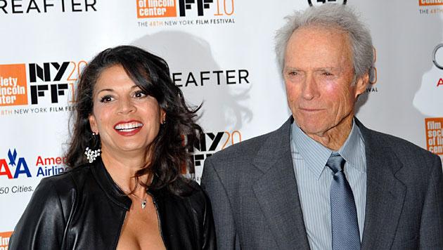 Clint Eastwood und seine zweite Frau Dina Marie bei einer Filmpremiere 2010 (Bild: AP)