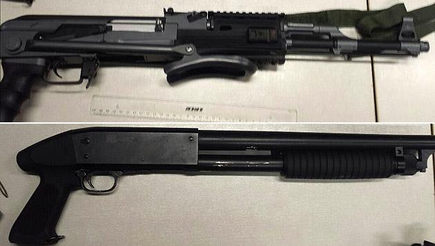 Die sichergestellten Waffennachbauten (Bild: Polizei)