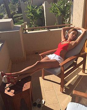 Verona Pooth beim Relaxen im roten Badeanzug. (Bild: Facebook.com/Veronapoothofficial)