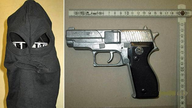 Der mit einer Sturmhaube maskierte Räuber war mit einer unechten Pistole bewaffnet. (Bild: LPD Wien)