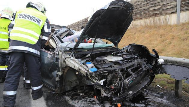 Das Auto überschlug sich mehrmals. (Bild: APA/THOMAS ZEILER)
