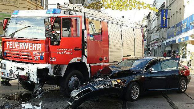 Feuerwehrauto kollidiert am Wiener Gürtel mit Pkw (Bild: APA/UNBEKANNT)