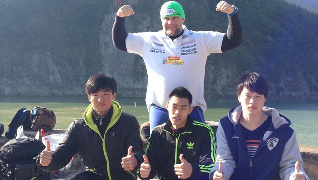 Müllner mit den drei Chinesen, die den Spung wagten. (Bild: Müllner)