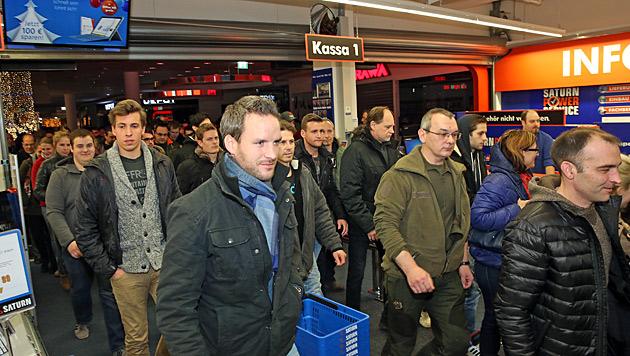 Zahlreiche Wiener waren bereits vor 6 Uhr früh vor Ort. (Bild: Peter Tomschi)