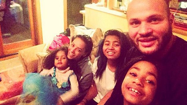 Mel B macht mit diesem Familienfoto den Prügel-Gerüchten ein Ende. (Bild: instagram.com/officialmelb)