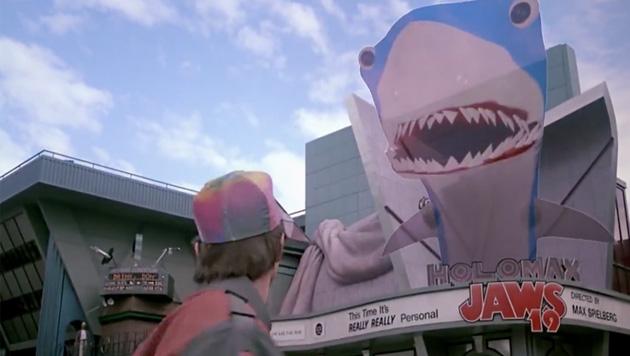 Die Reklame im Jahr 2015 stellte man sich als riesiges 3D-Hologramm vor, das Passanten erschreckt. (Bild: facebook.com/BTTF)