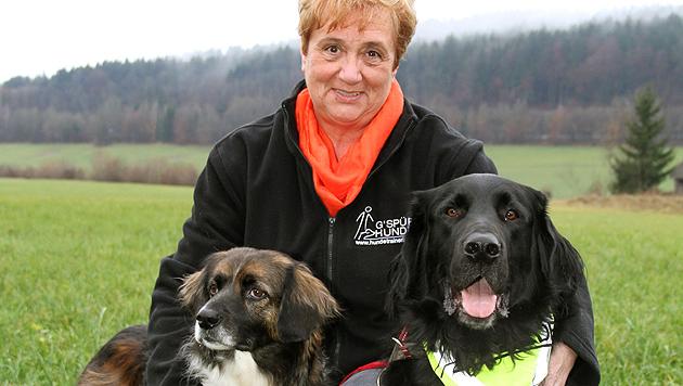 """Elisabeth Fuchs mit ihren Hunden """"Lara"""" und """"Carlos"""" (rechts) (Bild: Melanie Hutter)"""