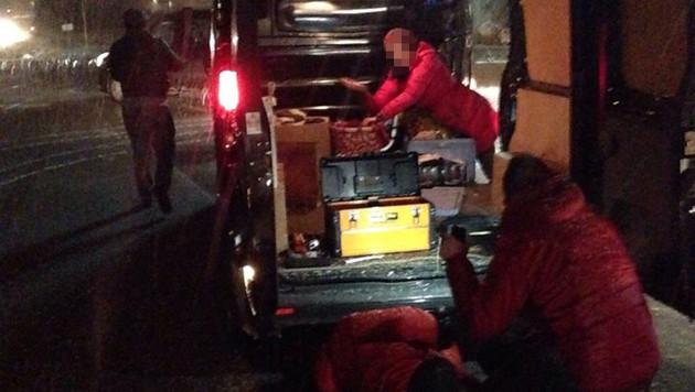 Ein Foto, aufgenommen während des Reifenwechsels, zeigt den dreisten Dieb (li.). (Bild: Facebook)