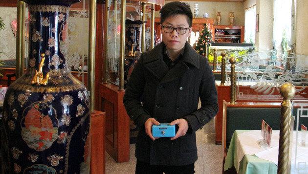 Xiaolin Ye konnte den Räuber überwältigen, der die Geldkassette an sich reißen wollte. (Bild: Christian Jauschowetz)