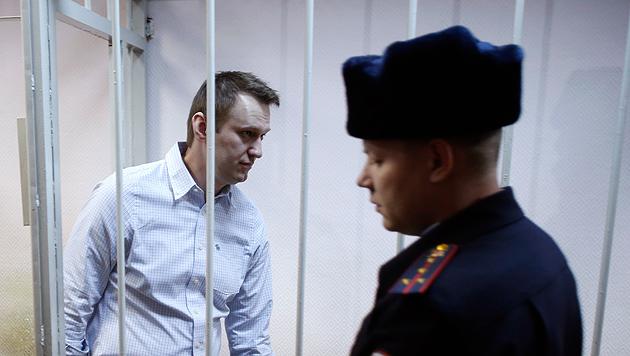 Nawalny beim Prozess (Bild: AP)