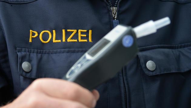 Betrunkener Autofahrer bricht Polizist die Hand (Bild: APA/BARBARA GINDL)