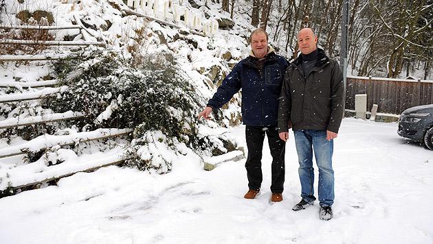 Die Retter Ludwig Redl (li.) und Franz Wandl zeigen auf die Stelle, an der der Bursche lag. (Bild: Markus Wenzel)