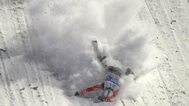 Tournee-Traum geplatzt: Simon Ammann stürzte beim ersten Durchgang in Oberstdorf. (Bild: AFP/CHRISTOF STACHE)
